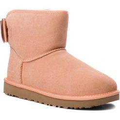 Buty UGG - W Satin Bow Mini 1098081 W/Sntn. Czerwone buty zimowe damskie Ugg, z materiału. Za 879,00 zł.
