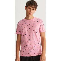 T-shirt z nadrukiem - Różowy. Czerwone t-shirty męskie z nadrukiem marki Reserved, l. W wyprzedaży za 29,99 zł.