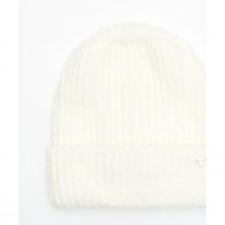 Ciepła czapka - Kremowy. Białe czapki damskie Cropp. Za 34,99 zł.