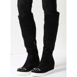 Czarne Kozaki Harder They Come. Czarne buty zimowe damskie marki Born2be, z materiału, z okrągłym noskiem, na niskim obcasie, na koturnie. Za 59,99 zł.