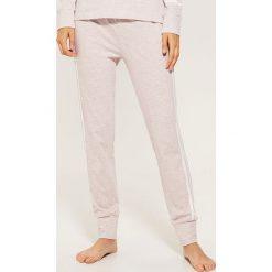 Długie spodnie piżamowe - Różowy. Czerwone piżamy damskie marki DOMYOS, z elastanu. Za 35,99 zł.