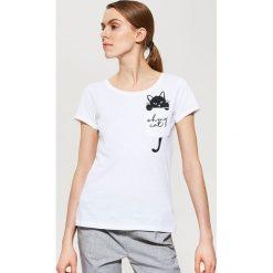 T-shirty damskie: T-shirt z nadrukiem na kieszonce – Biały