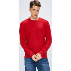 Tommy Hilfiger - Sweter. Czerwone swetry klasyczne męskie TOMMY HILFIGER, l, z bawełny, z okrągłym kołnierzem. Za 399,90 zł.