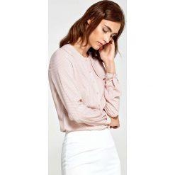 Różowa Bluzka Elegancka Koszulowa z Klapą. Czerwone bluzki koszulowe Molly.pl, l, z poliesteru, biznesowe. W wyprzedaży za 110,58 zł.
