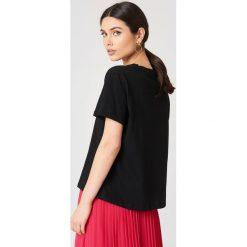 NA-KD T-shirt Strawberry - Black. Czarne t-shirty damskie NA-KD, z nadrukiem, z dżerseju. W wyprzedaży za 29,18 zł.