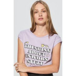 Koszulka z nadrukiem - Fioletowy. Fioletowe t-shirty damskie marki Cropp, l, z nadrukiem. Za 29,99 zł.