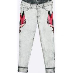 Guess Jeans - Jeansy dziecięce 118-175 cm. Szare jeansy dziewczęce Guess Jeans, z aplikacjami, z bawełny. W wyprzedaży za 219,90 zł.
