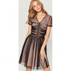 Sukienka z marszczeniem w talii - Czarny. Czarne sukienki z falbanami marki Mohito, l. W wyprzedaży za 79,99 zł.