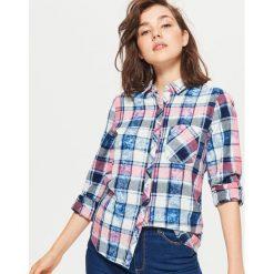 Koszula w kratę z efektem sprania - Różowy. Czerwone koszule damskie marki Cropp, m. W wyprzedaży za 39,99 zł.