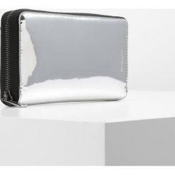 Michael Kors HARRISONTECH ZIP AROUND Portfel silver. Szare portfele damskie marki Michael Kors. W wyprzedaży za 471,75 zł.