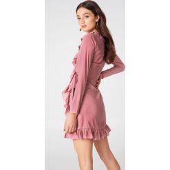 NA-KD Boho Kopertowa sukienka z długim rękawem i falbaną - Pink. Niebieskie sukienki boho marki NA-KD Boho, na imprezę, w koronkowe wzory, z koronki, na ramiączkach, mini. W wyprzedaży za 48,59 zł.