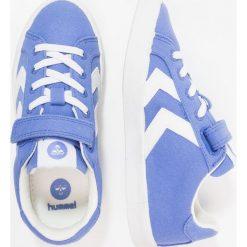Hummel DEUCE COURT Tenisówki i Trampki amparo blue. Niebieskie trampki chłopięce marki Hummel, z materiału. Za 189,00 zł.