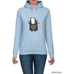 Bluza damska z owieczką. Niebieskie bluzy z kapturem damskie Pakamera, z nadrukiem. Za 119,00 zł.