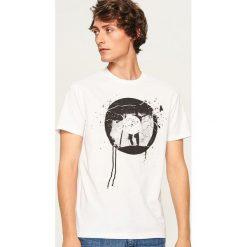 T-shirt regular fit z rockowym nadrukiem - Biały. Białe t-shirty męskie z nadrukiem marki INESIS, m, z bawełny, z długim rękawem. Za 49,99 zł.