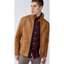 Kurtka ze sztucznej skóry z podszewką z imitacji baranka. Brązowe kurtki męskie bomber Pull&Bear, m, ze skóry. Za 299,00 zł.