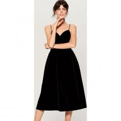 Welwetowa midi sukienka - Czarny. Czarne sukienki marki Mohito, midi. Za 199,99 zł.