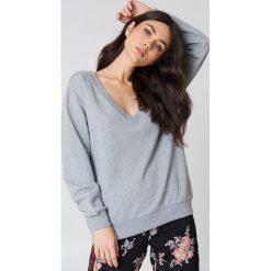 NA-KD Basic Bluza basic z dekoltem V - Grey. Różowe bluzy damskie marki NA-KD Basic, prążkowane. Za 60,95 zł.