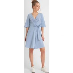 Sukienki: Sukienka z wiązaniem