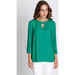 Bluzki asymetryczne: Zielona bluzka z wycięciem na dekolcie BIALCON