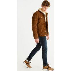 Ciemne jeansy slim comfort fit. Niebieskie rurki męskie Pull&Bear, z denimu. Za 89,90 zł.