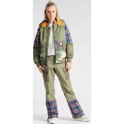 Kurtki sportowe damskie: Burton JET BLONDE BOMBER Kurtka snowboardowa olvine/woodcm/riotpd