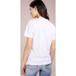 Emporio Armani Tshirt z nadrukiem white. Szare t-shirty męskie z nadrukiem marki Emporio Armani, l, z bawełny, z kapturem. Za 399,00 zł.