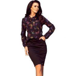 Granatowa Bluzka Elegancka z Wiązaną Szarfą w Kolorowe Ważki. Niebieskie bluzki asymetryczne Molly.pl, l, w kolorowe wzory, z jeansu, biznesowe, z długim rękawem. Za 125,90 zł.
