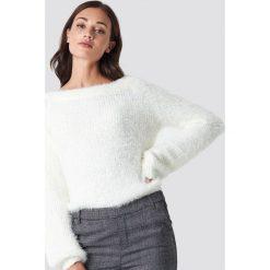 Rut&Circle Puchaty sweter - White. Szare swetry klasyczne damskie marki Vila, l, z dzianiny, z okrągłym kołnierzem. Za 161,95 zł.