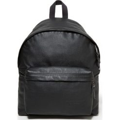 """Skórzany plecak """"Padded Pak'r"""" w kolorze czarnym - 30 x 40 x 18 cm. Czarne plecaki męskie Eastpak, w paski, z materiału. W wyprzedaży za 434,95 zł."""