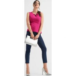 Bluzki damskie: Dopasowana bluzka z koralikiem