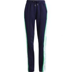 Calvin Klein Jeans SIDE STRIPE TRACK PANTS Spodnie treningowe peacoat. Niebieskie spodnie sportowe damskie marki Calvin Klein Jeans, xl, z bawełny. W wyprzedaży za 407,20 zł.