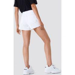 Trendyol Szorty jeansowe z surowym wykończeniem - White. Białe bermudy damskie Trendyol, z jeansu. W wyprzedaży za 56,67 zł.