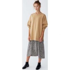 Gładka bluza z overlockiem. Szare bluzy damskie Pull&Bear. Za 99,90 zł.