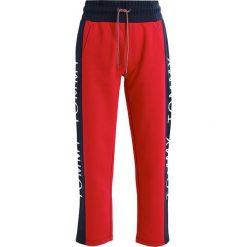 Spodnie sportowe damskie: Tommy Jeans STRAIGHT LEG  Spodnie treningowe persian red