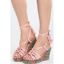 Różowe Sandały Rufous. Czerwone sandały damskie Born2be, z materiału, na koturnie. Za 99,99 zł.