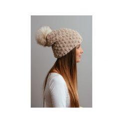 Czapki zimowe damskie: POMPOM – beżowa czapka oversize z naturalnym futerkiem