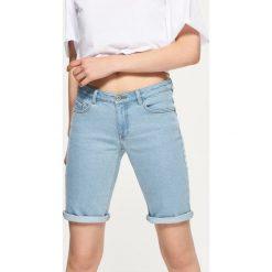 Jeansowe szorty z podwiniętą nogawką - Niebieski. Niebieskie szorty jeansowe damskie marki Cropp. W wyprzedaży za 59,99 zł.