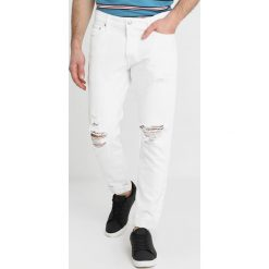 Abercrombie & Fitch DEST MEDIUM Jeansy Slim Fit white destroyed. Białe jeansy męskie relaxed fit marki Abercrombie & Fitch. Za 409,00 zł.