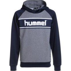Hummel HOODIE Bluza z kapturem medium melange. Szare bluzy chłopięce rozpinane marki Hummel, z bawełny, z kapturem. W wyprzedaży za 141,75 zł.