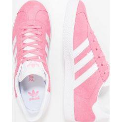 Adidas Originals GAZELLE  Tenisówki i Trampki easy pink/footwear white. Czerwone trampki dziewczęce marki adidas Originals, z materiału. W wyprzedaży za 215,20 zł.