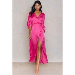Długie sukienki: Hannalicious x NA-KD Kimonowa sukienka maxi - Pink
