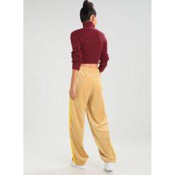 Fenty PUMA by Rihanna TRACK Spodnie treningowe lark/golden brown. Brązowe spodnie dresowe damskie Fenty PUMA by Rihanna, xxs, z bawełny. Za 759,00 zł.