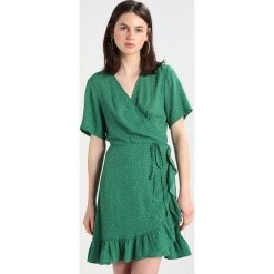 Sukienki hiszpanki: JUST FEMALE RENATA WRAP DRESS Sukienka koszulowa dottle green