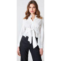 NA-KD Classic Koszula z wiązaniem w talii - White. Białe koszule wiązane damskie marki NA-KD Classic, z bawełny, eleganckie. Za 121,95 zł.