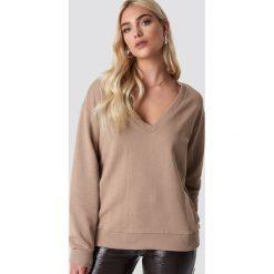 NA-KD Basic Bluza basic z dekoltem V - Beige. Różowe bluzy damskie marki NA-KD Basic, prążkowane. Za 100,95 zł.