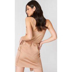 Linn Ahlborg x NA-KD Kopertowa sukienka z satyny - Nude. Szare sukienki na komunię marki Linn Ahlborg x NA-KD, z satyny, z kopertowym dekoltem, kopertowe. Za 133,95 zł.