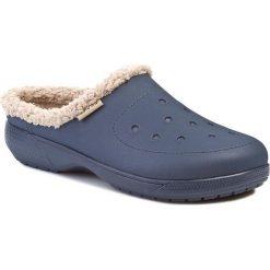 Klapki CROCS - Colorlite Lined Clog 16195 Navy/Tumbleweed. Niebieskie chodaki męskie Crocs, z tworzywa sztucznego. W wyprzedaży za 159,00 zł.