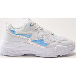 Sportowe buty z holograficznymi wstawkami - Biały. Czarne buty sportowe damskie marki Kazar, z nubiku, przed kolano, na wysokim obcasie. Za 159,99 zł.