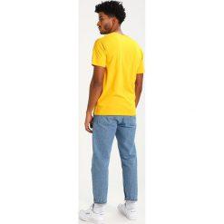 T-shirty męskie z nadrukiem: DC Shoes REBUILT Tshirt z nadrukiem old gold/fired brick