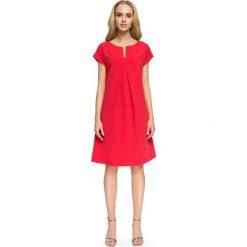 Czerwona Wyjściowa Sukienka o  Linii A z Kontrafałdą. Czerwone sukienki balowe marki Molly.pl, do pracy, l, z tkaniny, z dekoltem na plecach, w kształcie a. Za 124,90 zł.